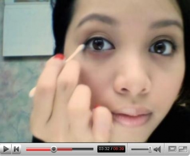 Makeup tutorial: applying eyeliner