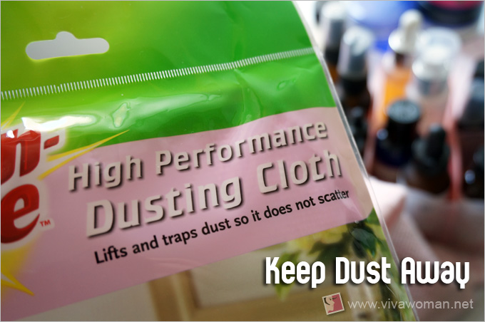Dust cloth to keep cosmetic containers clean